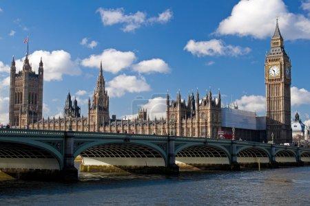Photo pour Le big ben, les maisons du Parlement et westminster bridge à Londres par une belle journée - image libre de droit