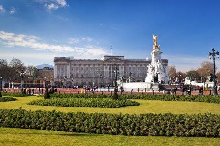 Photo pour Buckingham palace et les jardins à Londres dans une belle journée - image libre de droit