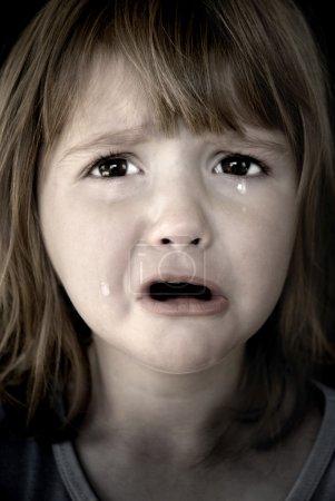 petite fille pleure avec des larmes