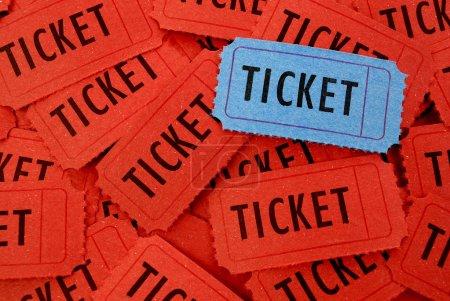 Photo pour Pile de nombreux billets rouges et bleus pour l'entrée à un événement - image libre de droit