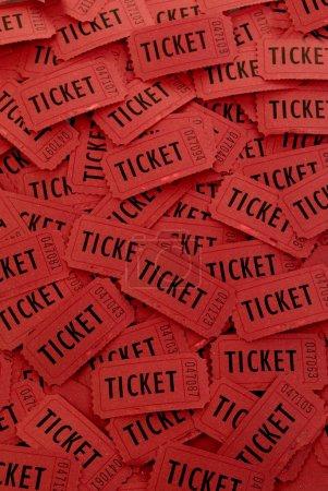 Photo pour Pile de nombreux billets rouges pour l'entrée à un événement - image libre de droit