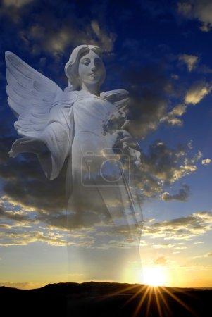 Photo pour Coucher de soleil avec soleil et nuages en lumière orange et dorée avec ange en arrière-plan - image libre de droit
