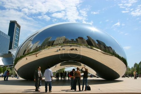 "Photo pour Vue centrale rapprochée de Cloud Gate sculpture alias ""The bean"", Millennium Park, Chicago, Illinois - image libre de droit"