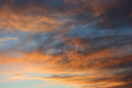 Photo pour Nuages sombres rouge / orange au coucher du soleil - image libre de droit