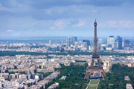 Photo pour Vue aérienne de Paris depuis la tour montparnasse, à la recherche sur la défense de la et de la tour eiffel. - image libre de droit