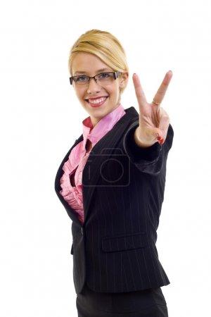 Photo pour Femme d'affaires attrayante faisant signe de victoire sur blanc - image libre de droit