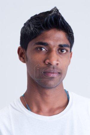 Photo pour Un portrait d'un jeune homme indien - image libre de droit