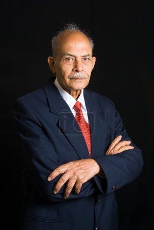 Photo pour Portrait d'un homme d'affaires indien asiatique senior - image libre de droit