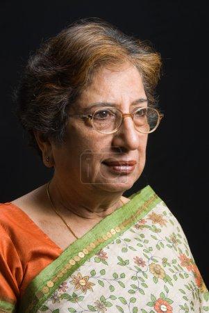 Photo pour Portrait d'une femme indienne haute porter un sari - image libre de droit