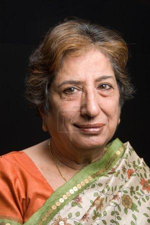 Photo pour Hauts femme indienne portant un sari - image libre de droit