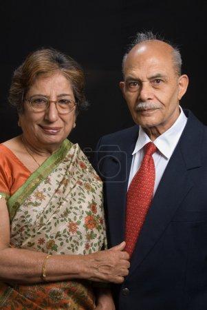 Photo pour Un portrait de haute Asie / East Indian couple souriant à la caméra - image libre de droit