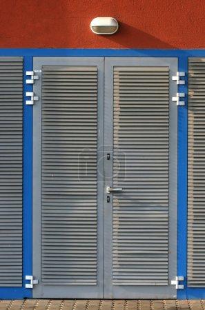 Photo pour Porte en métal avec cadre bleu - image libre de droit