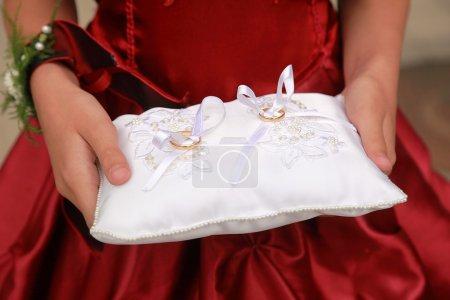 Photo pour Paire de bagues de mariage sur l'oreiller blanc - image libre de droit