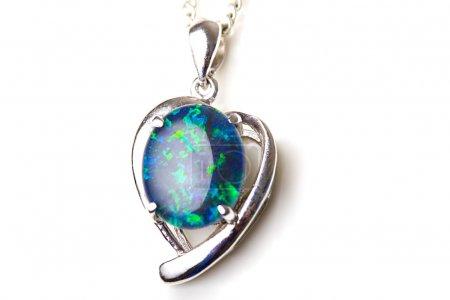 Photo pour Elégant pendentif en pierre d'opale unique de beaux bijoux en argent sterling cadre de forme de coeur isolé - image libre de droit