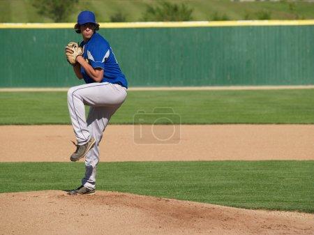 Foto de Plano de la acción de una bobina secundaria béisbol jarra hasta lanzar la pelota - Imagen libre de derechos