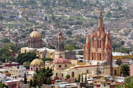 Photo pour La Parroquia (église de st. michael l'archange) et le temple des nonnes dans la ville mexicaine historique de San Miguel de Allende. - image libre de droit