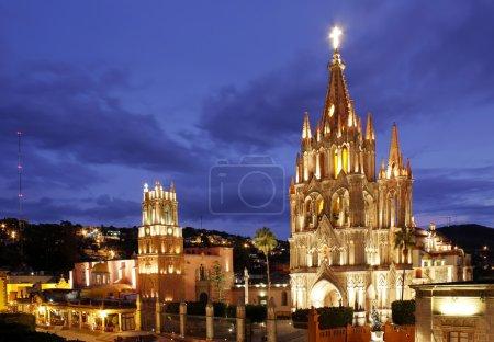 Photo pour La la paroisse et le templo de san rafael sur la place principale de san miguel de allende au Mexique. - image libre de droit