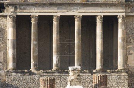 Photo pour Ruines de la basilique dans la ville de Pompéi, couvertes par l'éruption du Mt. Vésuve en 79 après JC . - image libre de droit