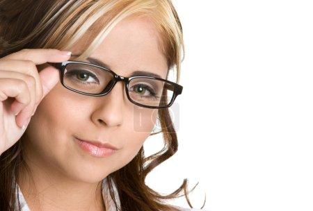 Photo pour Femme d'affaires hispanique portant des lunettes - image libre de droit