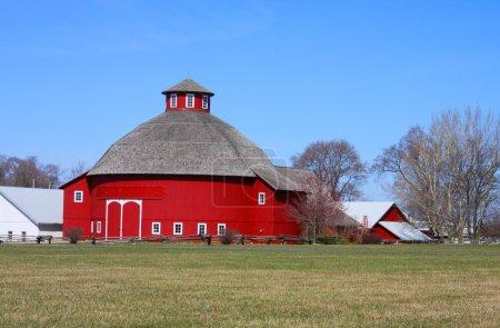 Photo pour Une grange rouge ronde dans le pays des Amish - image libre de droit