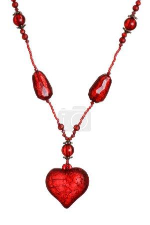 Photo pour Collier isolé coeur rouge sur fond blanc - image libre de droit