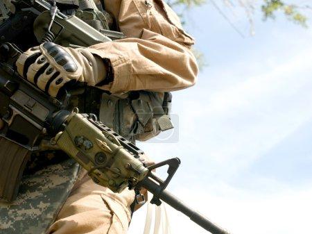 Photo pour Nous soldat en uniforme camouflage, tenant son fusil - image libre de droit