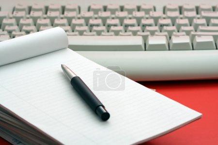 Photo pour Empilement de papier et clavier, symbolise la communication - image libre de droit