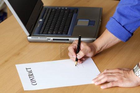 Photo pour Homme d'affaires, signer un contrat - image libre de droit