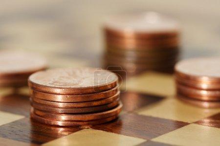 Photo pour Planification financière à l'aide d'un échiquier - image libre de droit