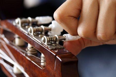 Photo pour Accorder une guitare - image libre de droit