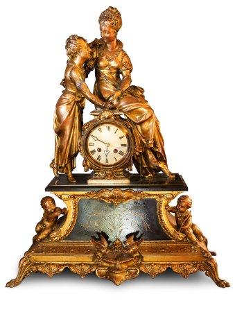 Photo pour Horloge antique avec figurines de cupides et de femmes isolées sur fond blanc. Chemin de coupe inclus pour supprimer facilement l'ombre de l'objet ou remplacer l'arrière-plan . - image libre de droit