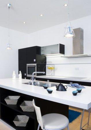 Photo pour Intérieur de la cuisine en noir et blanc - image libre de droit