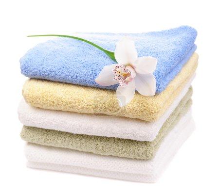 Photo pour Lot de serviettes colorées avec orchidée blanche isolée sur fond blanc - image libre de droit