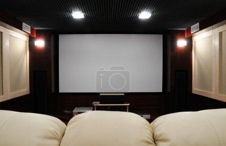 Photo pour Home cinéma insonorisé dans la cave de la maison - image libre de droit