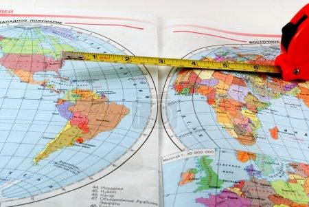 Photo pour Roulette sur la carte des hémisphères occidental et oriental - image libre de droit