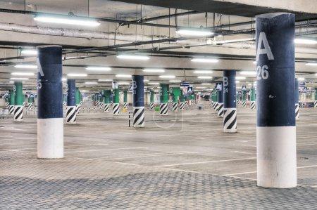 Photo pour Vide, parking souterrain dans la nuit à Moscou - image libre de droit