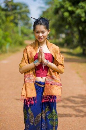 Photo pour Fille thaïlandaise en isaan traditionnel des vêtements de style avec l'expression typique de bienvenue - image libre de droit
