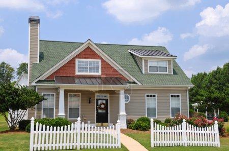 Photo pour Maison avec gazebo et clôture blanche de style cottage - image libre de droit