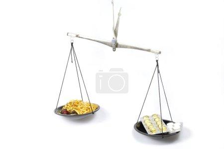 Photo pour Les écailles symbolisant la médecine traditionnelle sont plus efficaces que l'homéopathie - image libre de droit