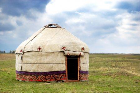 Photo pour Yourte - tente de nomade est l'habitation nationale des peuples Kazakhstan et Kirghizstan - image libre de droit