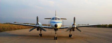 Photo pour Avion privé sur le vieil aéroport - image libre de droit