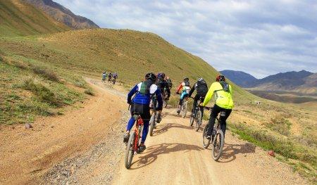 Photo pour Course de groupe de VTT sur route rurale dans le désert - image libre de droit