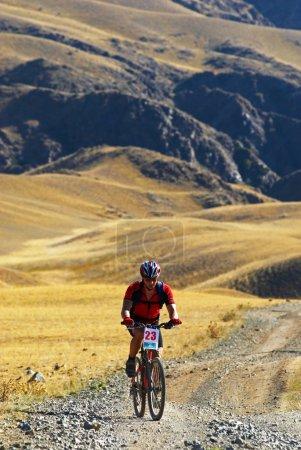 Photo pour Course de VTT sur la vieille route dans le désert - image libre de droit