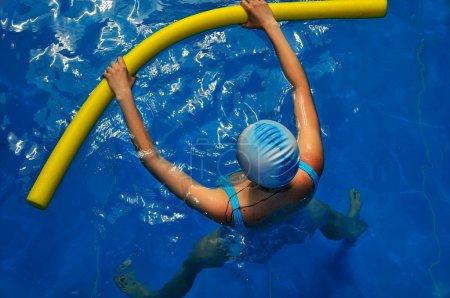 Photo pour Femme enceinte est engagée dans l'aqua-yoga dans la piscine - image libre de droit
