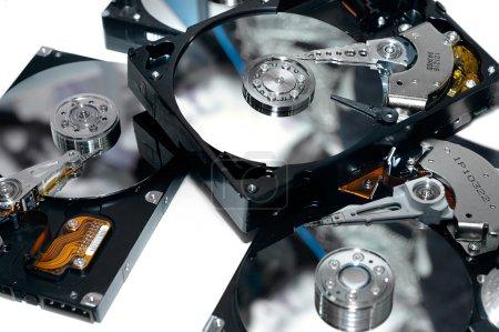 Foto de Primer plano de unos discos duros abiertos sobre fondo blanco sin cubre el concepto de servicio de recuperación de datos de información almacenamiento de información - Imagen libre de derechos