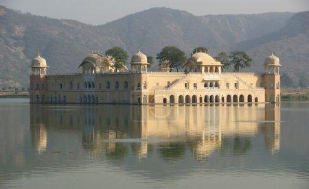Photo pour Inde, jaipur, aussi surnommée la ville rose, est la capitale de l'État indien du rajasthan. dzhal-mahal - image libre de droit