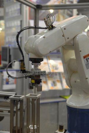 Photo pour Robot industriel au travail - image libre de droit