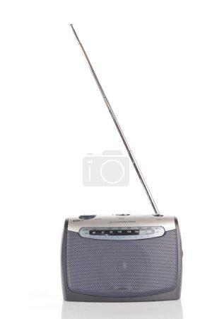 Photo pour Radio rétro isolée sur blanc - image libre de droit