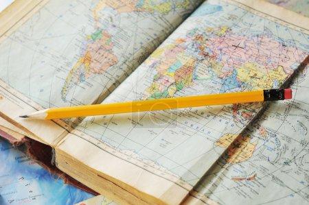 Photo pour Ouvert vieux livre atlas sur la carte - image libre de droit