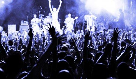 Photo pour Grande foule heureuse - image libre de droit